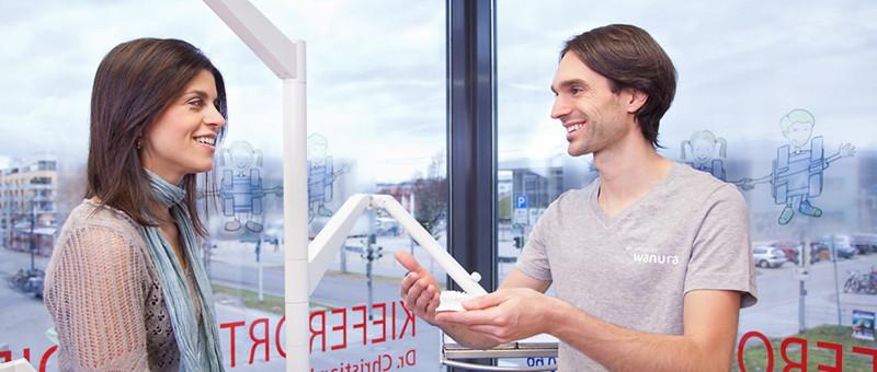 Gespräch des Arztes mit einer Patientin in der kieferorthopädischen Praxis wanura + frucht in Freiburg