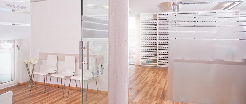 Bild des Wartebereichs und Einsicht in einen Behandlungsraum der Praxis wanura + frucht in Freiburg